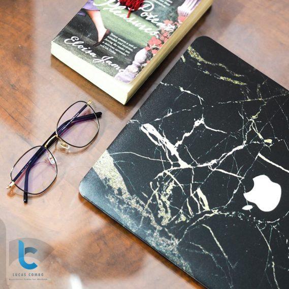 Case macbook đen vân đá và sách