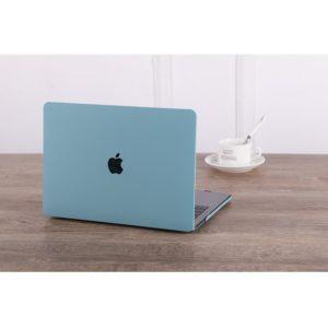 Case macbook pastel xanh dương bên tách cafe